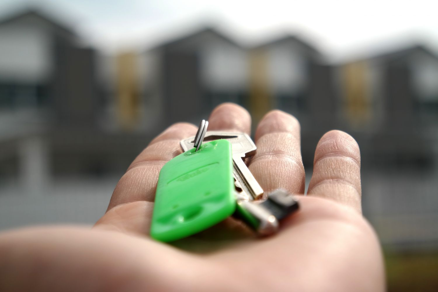 mortgage rate calculator - hand with keys